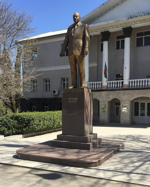 Памятник Гейдару Алиеву в Ивановке. Фото: Александр ГРИШИН