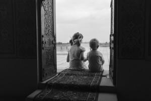 Поклонники Курмангазы. Дети во время посещения мавзолея Курмангазы. Фотограф Евгения Демина