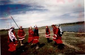 На берегу озера Кошкуль. Танц.группа Яшлек. Фотограф Разия Хамидулина