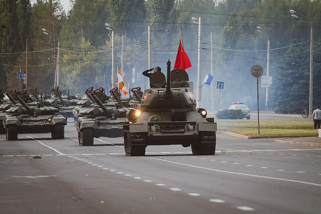 Прохождение механизированной колонны открыл символ Победы - легендарный танк Т-34 Фото: Яна ШЕЛЕСТ