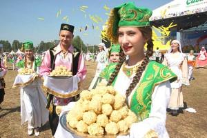 По чуть-чуть, но всем (татарское блюдо Чак-чак переводится как «чуть-чуть»). Фотограф Альфир Фахразиев