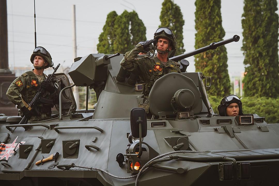 В составе колонны прошли также танки Т-72, боевые машины пехоты БМП-2, бронетранспортеры БТР-82А Фото: Яна ШЕЛЕСТ