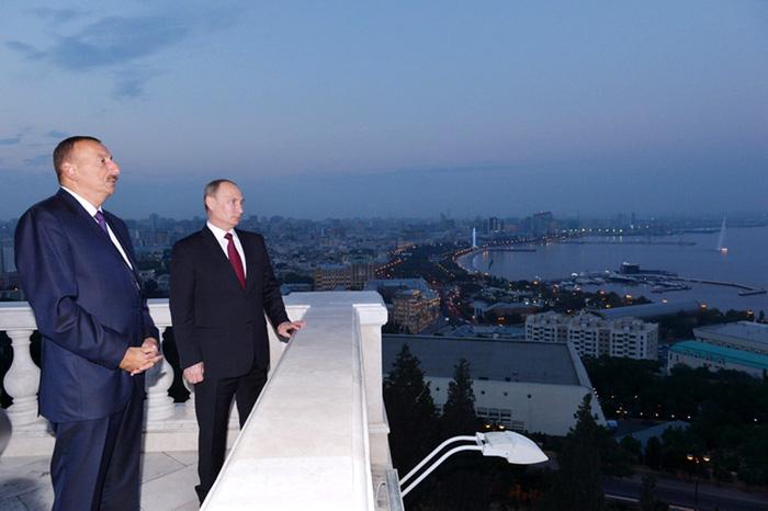Президенты Ильхам Алиев и Владимир Путин смотрят в одном направлении
